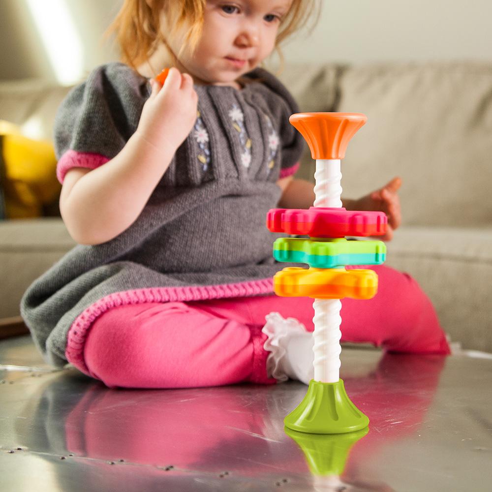 Κορίτσι παίζει με το Fat Brain Toys Mini Spinny