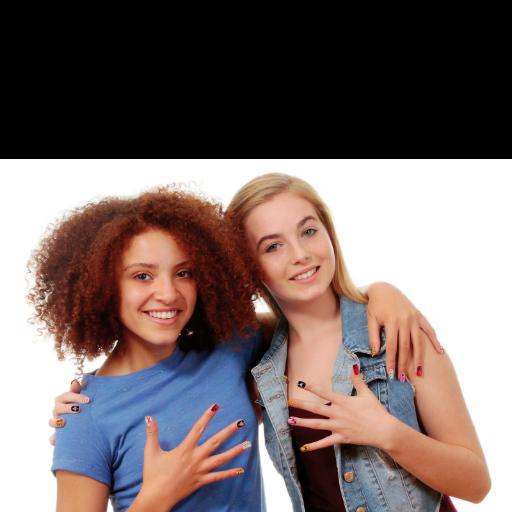 Nail Art - Κιτ για πολύχρωμα νύχια - Κορίτσια δείχνουν τα βαμμένα νύχια τους
